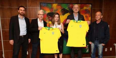 Representantes da CBF e do CIES da Fifa comemoraram acordo nesta quinta-feira (Foto: Lucas Figueiredo/CBF)