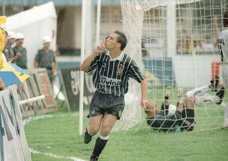 Edmundo teve uma breve passagem pelo Corinthians em 1996