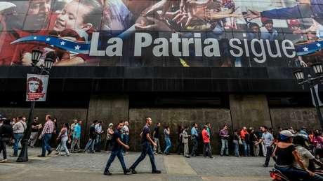 Filas e pequenos protestos são rotina na Venezuela