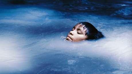 A jovem Susi Korihana thëri foi retratada por Claudia tomando banho em um igarapé nos anos 1970