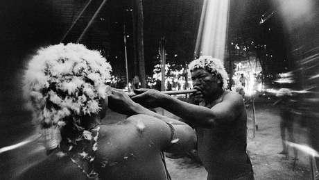 O xamã João assopra o alucinógeno yãkoana em fotografia feita em 1974 em Catrimani