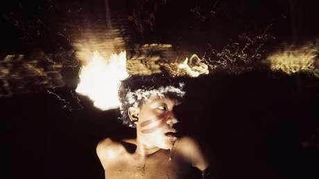 Antônio Korihana thëri sob o efeito do alucinógeno yãkoana, em Catrimani, nos anos 1970