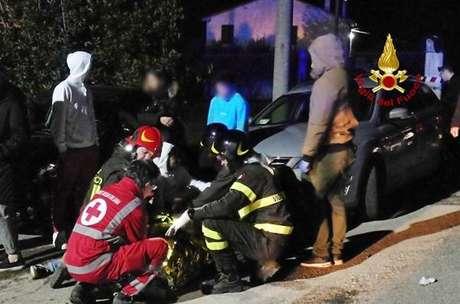 Bombeiros socorrem vítimas de confusão em discoteca em Corinaldo
