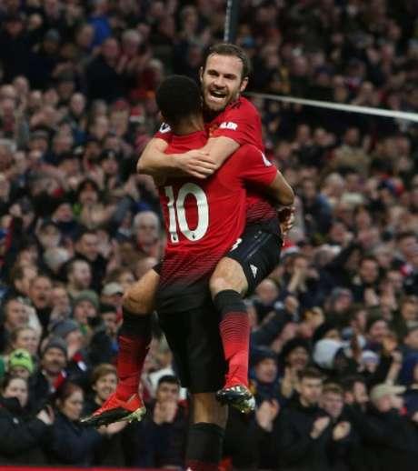 Rashford e Mata comemoram a vitória (Foto: Reprodução)