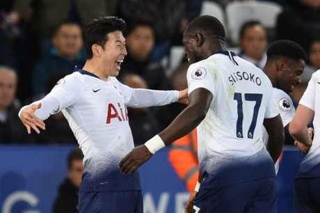 Son comemora o seu gol com o meia Sissoko (Foto: Oli Scarff / AFP)