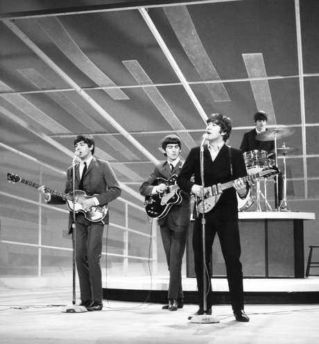 Inglaterra, Londres. 01/01/1960. Os músicos integrantes do grupo The Beatles (e/d): Paul McCartney, George Harrison, John Lennon, e Ringo Starr, se apresentam em programa televisivo na Inglaterra.