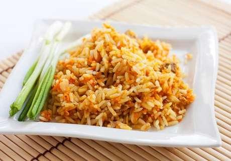 Prato com arroz integral com cenoura ralada