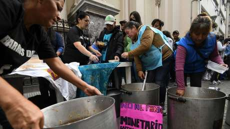 Mutirão para alimentar pessoas durante protesto em Buenos Aires