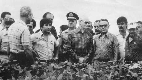 O presidente Ernesto Geisel visita uma lavoura em Minas Gerais em meio a projeto de exploração do Cerrado   Foto: Acervo do Museu Histórico da Imigração Japonesa no Brasil