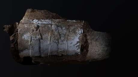 Uma das paredes dos túneis foi esculpida com baixos-relevos que ilustravam uma fileira de mulheres