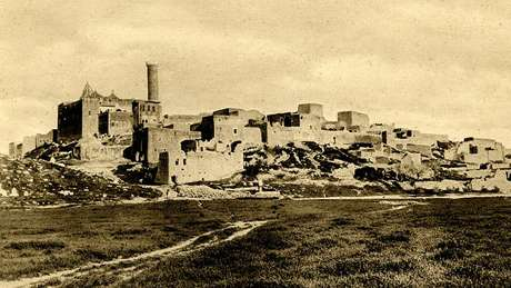 Muitos muçulmanos acreditam que os restos mortais do profeta Jonas estão sepultados na colina de Nabi Yunus, perto da antiga cidade de Nínive