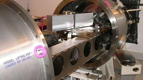 Espectrógrafo, instrumento científico acoplado a um telescópio para registrar e analisar o espectro eletromagnético 'de cores' dos corpos celestes