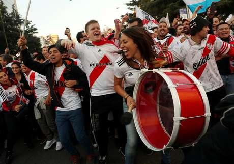 Torcedores do River Plate cantam nos arredores do Santiago Bernabéu, em Madri