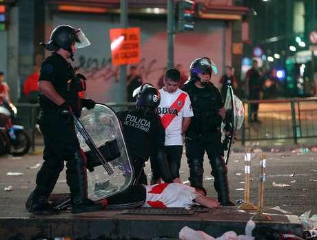 Torcedores do River detidos pela polícia em Buenos Aires 09/12/2018 REUTERS/Agustin Marcarian