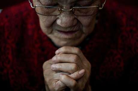Mulher rezando em Pequim 29/03/2018 REUTERS/Damir Sagolj