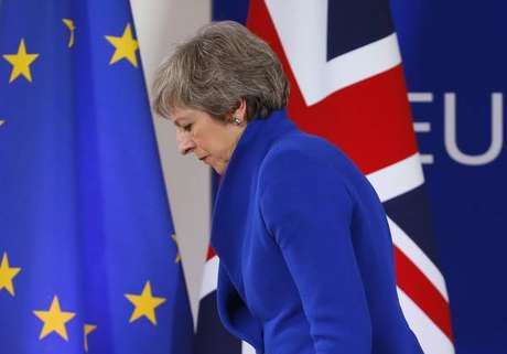 Theresa May enfrenta crescente pressão interna por causa do Brexit