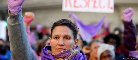 Mulheres com luvas roxas protestam por maiores direitos durante passeata em Marselha, na França, em novembro