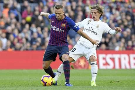 Arthur recebe a marcação de Modric no clássico diante do Barcelona, em outubro (Foto: AFP)