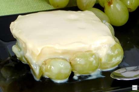 Brigadeiro branco com uvas