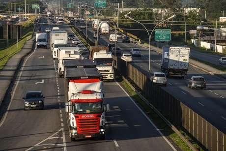 Movimento de veículos na altura do quilômetro 161 da Rodovia Dutra, na região de Jacareí, no interior de São Paulo, na manhã desta segunda-feira, 10.