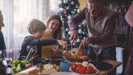 O consumo de álcool e de alimentos gordurosos costuma aumentar durante as festas