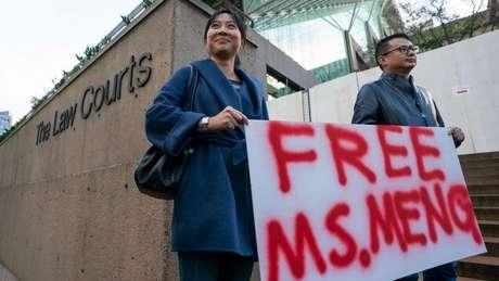 Manifestantes se reuniram na porta do tribunal em Vancouver onde a execuvita Meng Wanzhou foi ouvida
