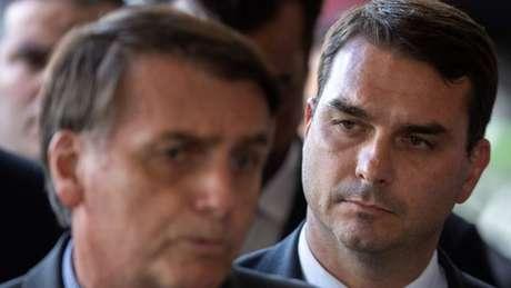 Como parte de uma investigação da Operação Lava Jato, foi identificada uma movimentação bancária suspeita no valor de R$ 1,2 milhão por parte de um ex-assessor de Flávio Bolsonaro