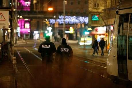 Policiais fazem o perímetro da área após o tiroteio em Estrasburgo