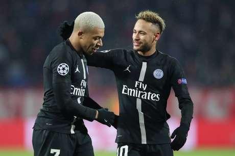 Neymar e Mbappé comemoram gol do PSG