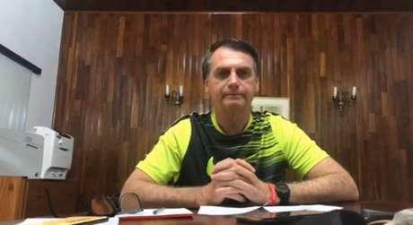 O presidente eleito, Jair Bolsonaro, em transmissão ao vivo por meio de página nas redes sociais nesta quarta-feira (12)