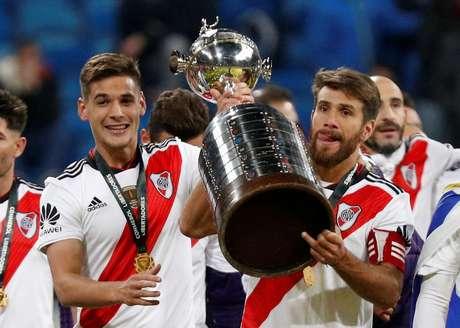 Lucas Martinez e Leonardo Ponzio erguem a taça na celebração do título da Libertadores