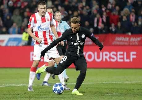 Neymar marca um dos gols da vitória do PSG contra a Estrela Vermelha na Liga dos Campeões