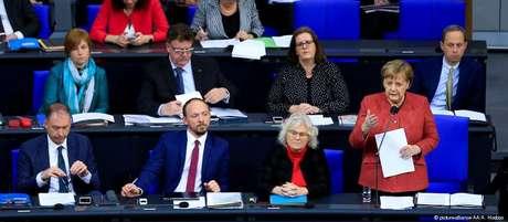 Merkel respondeu a questionamentos de deputados no Bundestag