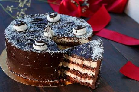 Bolo de chocolate com recheio de beijinho cremoso