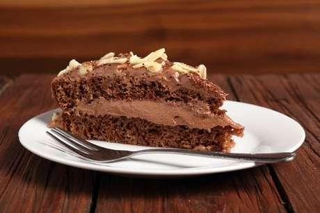 Bolo de chocolate com recheio de chocolate com creme de avelã