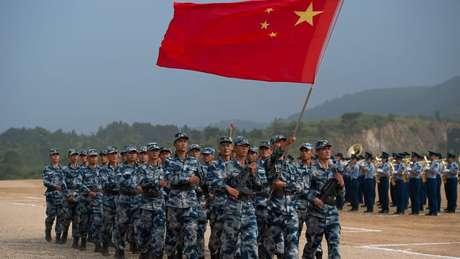 Ren ocupou cargos técnicos no Exército chinês por uma década