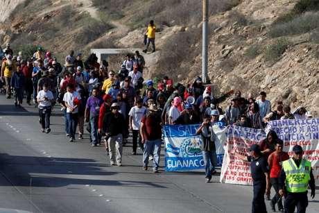 Os migrantes marcharam do abrigo em que estão concentrados até a sede do consulado americano em Tijuana