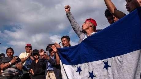 Cerca de 100 migrantes levaram proposta ao consulado dos EUA em Tijuana