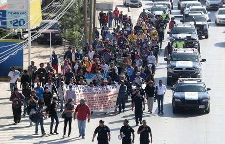 Um segundo grupo de migrantes marchou até os escritórios mexicanos de imigração