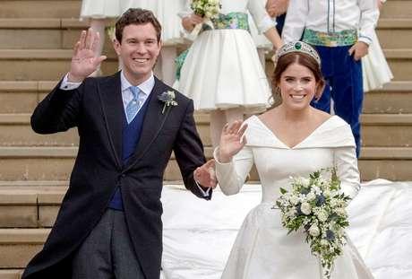 Princesa Eugenie e Jack Brooksbank deixam a Abadia St George em Windsor depois do seu casamento