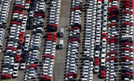 Carros em fábrica em São Bernardo do Campo, Brasil 02/04/2015 REUTERS/Paulo Whitaker
