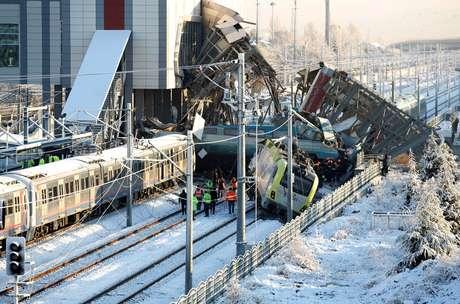 Colisão entre trem em alta velocidade e uma locomotiva de manutenção aconteceu nesta quinta-feira (13) em Ancara, capital da Turquia