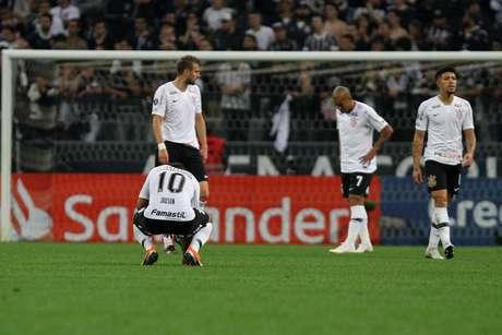Jogadores do Corinthians lamentam a desclassificação durante a partida contra o Colo-Colo (CHI)