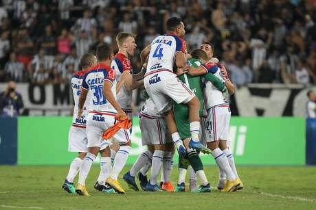 Jogadores do Bahia comemoram o acesso para as quartas de final, após vencer o Botafogo nos pênaltis, em pleno Engenhão