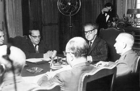 Costa e Silva em reunião com integrantes do governo em 1968, meses antes de baixar o AI-5