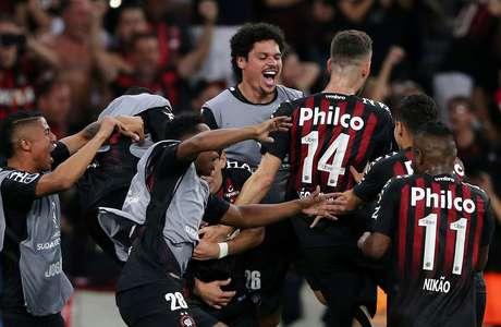 Jogadores do Atlético-PR comemoram gol de Pablo