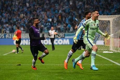Nas oitavas de final da Libertadores, o Grêmio venceu o Estudiantes de La Plata em um jogo emocionante, que foi decidido nos pênaltis: 5 a 3 para o time brasileiro