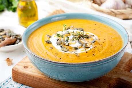 Receita de sopa detox com castanhas e pimenta