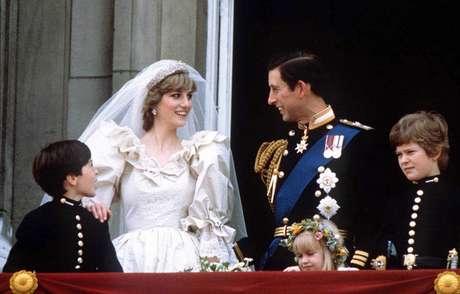 Diana e Príncipe Charles na sacada do Palácio de Buckinghan, detalhe para as mangas bufantes do vestido da noiva