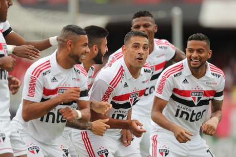 Diego Souza comemora gol com companheiros em partida contra o Flamengo, pela 32ª rodada do Brasileirão